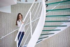 Γυναίκα που περπατά στα σπειροειδή σκαλοπάτια Στοκ Εικόνες