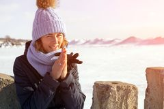 Γυναίκα που περπατά στην παγωμένη θάλασσα στοκ εικόνες