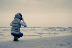 Γυναίκα που περπατά στην παραλία, κρύα ημέρα φθινοπώρου Στοκ Φωτογραφίες