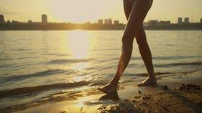 Γυναίκα που περπατά στην παραλία χωρίς παπούτσια απόθεμα βίντεο