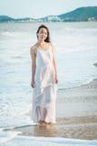 Γυναίκα που περπατά στην παραλία το καλοκαίρι Ευτυχές πολυφυλετικό ασιατικό κορίτσι που πηγαίνει στη θάλασσα Στοκ Εικόνες