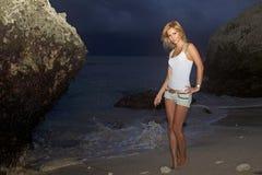 Γυναίκα που περπατά στην παραλία Στοκ Εικόνες
