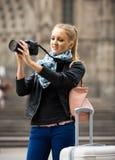 Γυναίκα που περπατά στην πόλη φθινοπώρου με τη ψηφιακή κάμερα Στοκ Φωτογραφίες