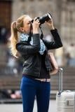 Γυναίκα που περπατά στην πόλη φθινοπώρου με τη ψηφιακή κάμερα Στοκ Εικόνες