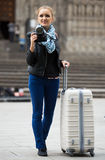 Γυναίκα που περπατά στην πόλη φθινοπώρου με τη ψηφιακή κάμερα Στοκ φωτογραφία με δικαίωμα ελεύθερης χρήσης