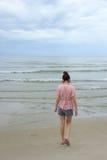 Γυναίκα που περπατά στη θάλασσα Στοκ Εικόνα
