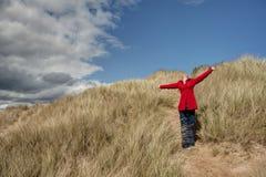 Γυναίκα που περπατά στους αμμόλοφους άμμου Στοκ Εικόνα