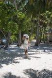 Γυναίκα που περπατά στο δάσος φοινικών Στοκ εικόνες με δικαίωμα ελεύθερης χρήσης