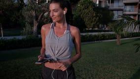 Γυναίκα που περπατά στο έδαφος που στηρίζεται μεταξύ των workouts υπαίθρια απόθεμα βίντεο