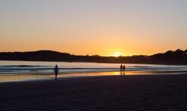 Γυναίκα που περπατά στο ηλιοβασίλεμα στην παραλία του Λα Lanzada, άλσος Ο, Pontevedra, Γαλικία, Ισπανία r στοκ φωτογραφίες