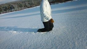 Γυναίκα που περπατά στο μέρος του χιονιού φιλμ μικρού μήκους