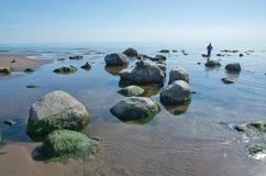 Γυναίκα που περπατά στο νερό Στοκ εικόνα με δικαίωμα ελεύθερης χρήσης