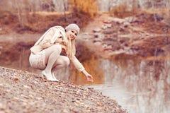 Γυναίκα που περπατά στο πάρκο φθινοπώρου στοκ εικόνες