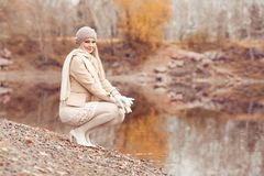 Γυναίκα που περπατά στο πάρκο φθινοπώρου στοκ φωτογραφία με δικαίωμα ελεύθερης χρήσης