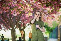 Γυναίκα που περπατά στο Παρίσι μια ημέρα άνοιξη στοκ φωτογραφίες