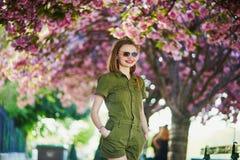 Γυναίκα που περπατά στο Παρίσι μια ημέρα άνοιξη στοκ εικόνα με δικαίωμα ελεύθερης χρήσης