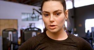 Γυναίκα που περπατά στο στούντιο 4k ικανότητας απόθεμα βίντεο