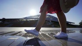 Γυναίκα που περπατά στο υγρό πεζοδρόμιο απόθεμα βίντεο
