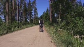Γυναίκα που περπατά τη διαγώνια χώρα φιλμ μικρού μήκους
