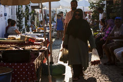 Γυναίκα που περπατά τουρκικό σε bazaar στοκ εικόνα