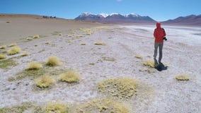 Γυναίκα που περπατά το βολιβιανό οροπέδιο φιλμ μικρού μήκους