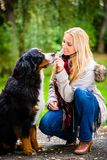 Γυναίκα που περπατά το σκυλί στο πάρκο πτώσης Στοκ Εικόνες