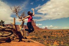 Γυναίκα που πηδά, ευτυχής έκφραση Ταξίδι κοιλάδων μνημείων στοκ εικόνες