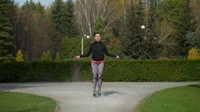 Γυναίκα που πηδά με το σχοινί άλματος απόθεμα βίντεο