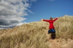 Γυναίκα που πηδά για τη χαρά Στοκ εικόνες με δικαίωμα ελεύθερης χρήσης