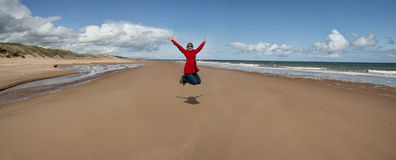 Γυναίκα που πηδά για τη χαρά Στοκ Εικόνα