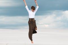 Γυναίκα που πηδά στα πλαίσια των σύννεφων Στοκ Εικόνα