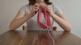 Γυναίκα που πλέκει ένα ρόδινο καπέλο φιλμ μικρού μήκους