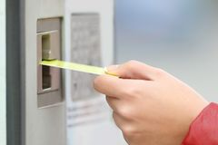 Γυναίκα που πληρώνει με την πιστωτική κάρτα σε μια μηχανή πληρωμής στοκ εικόνα