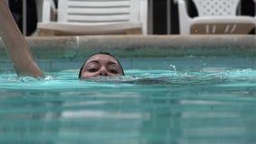 Γυναίκα που πνίγει στην πισίνα απόθεμα βίντεο
