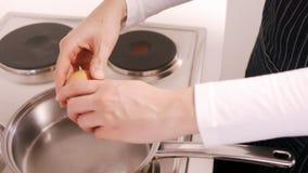 Γυναίκα που προετοιμάζει μερικά αυγά απόθεμα βίντεο