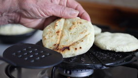 Γυναίκα που προετοιμάζει τα κολομβιανά παραδοσιακά arepas απόθεμα βίντεο