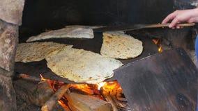 γυναίκα που προετοιμάζει τα παραδοσιακά τρόφιμα, gozleme, safranbolu, Τουρκία απόθεμα βίντεο