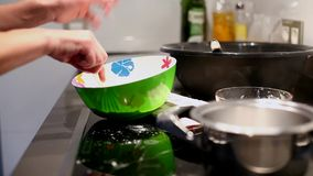 Γυναίκα που προετοιμάζει τα συστατικά για το κέικ απόθεμα βίντεο