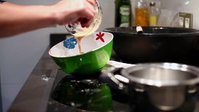 Γυναίκα που προετοιμάζει τα συστατικά για το κέικ φιλμ μικρού μήκους