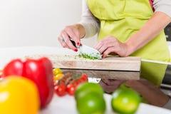 Γυναίκα που προετοιμάζει τα τρόφιμα για το μαγείρεμα Στοκ φωτογραφία με δικαίωμα ελεύθερης χρήσης