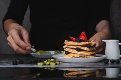 Γυναίκα που προετοιμάζει τις τηγανίτες στοκ φωτογραφίες με δικαίωμα ελεύθερης χρήσης