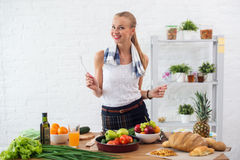 Γυναίκα που προετοιμάζει το γεύμα ένα μαγείρεμα έννοιας κουζινών, μαγειρικός, υγιής τρόπος ζωής στοκ εικόνα