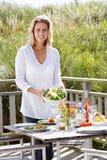 Γυναίκα που προετοιμάζει το γεύμα υπαίθρια στοκ εικόνες