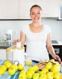 Γυναίκα που προετοιμάζει το φρέσκο χυμό μήλων Στοκ εικόνες με δικαίωμα ελεύθερης χρήσης