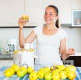 Γυναίκα που προετοιμάζει το φρέσκο χυμό μήλων Στοκ Εικόνες