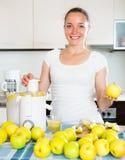 Γυναίκα που προετοιμάζει το φρέσκο χυμό μήλων Στοκ Φωτογραφία