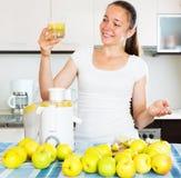 Γυναίκα που προετοιμάζει το φρέσκο χυμό μήλων Στοκ φωτογραφία με δικαίωμα ελεύθερης χρήσης