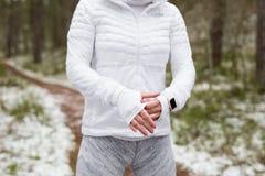 Γυναίκα που προετοιμάζεται για να εκπαιδεύσει στο κρύο καιρό υπαίθρια στοκ εικόνες