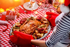 Γυναίκα που προετοιμάζεται για το γεύμα Χριστουγέννων Στοκ Εικόνες