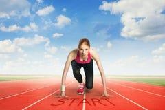 Γυναίκα που προετοιμάζεται να τρέξει Στοκ Εικόνες